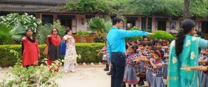 शपथ लेते शिक्षकगण व बच्चे